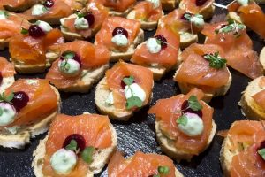 der blaue hummer-catering-Get in the Ring-flying buffet-haeppchen mit lachs